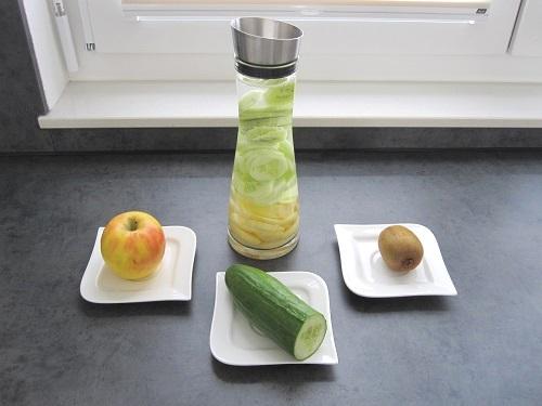 aromatisiertes wasser mit gurke apfel und kiwi wasser. Black Bedroom Furniture Sets. Home Design Ideas