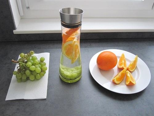aromatisiertes wasser mit orangen trauben geschmack wasser. Black Bedroom Furniture Sets. Home Design Ideas